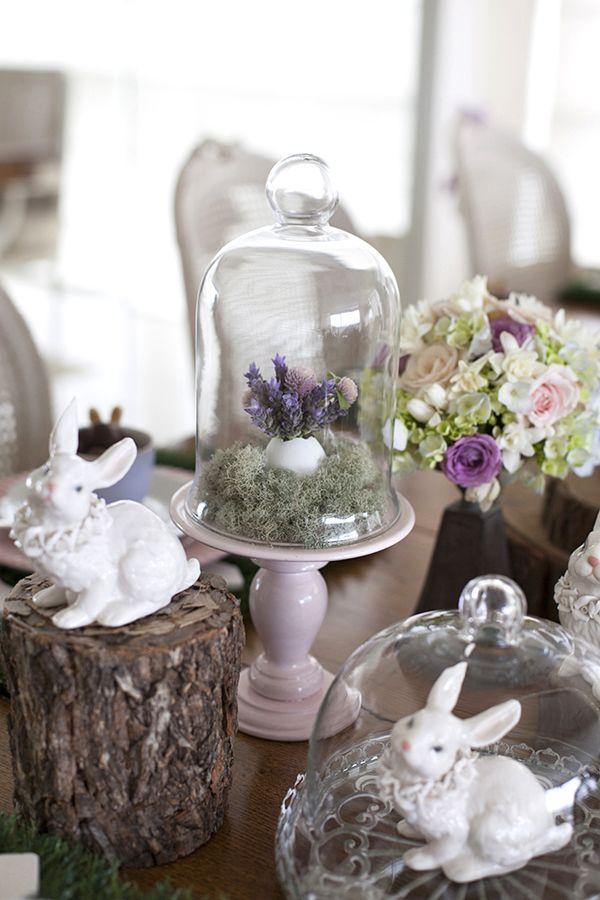 Mesa de Páscoa - decoração rústica e com toque infantil - coelhos de porcelana, troncos e flores em tons de rosa e lilás ( Decoração: Fabiana Moura | Flores: Mariana Bassi )