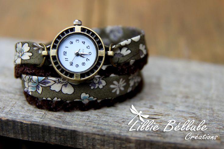 Montre double kaki Montre bronze, bracelet deux tours en tissu liberty. Motif de fleurs beiges sur fond vert kaki. Dentelle marron. Fermoir boucle et chaînette couleur bronze.
