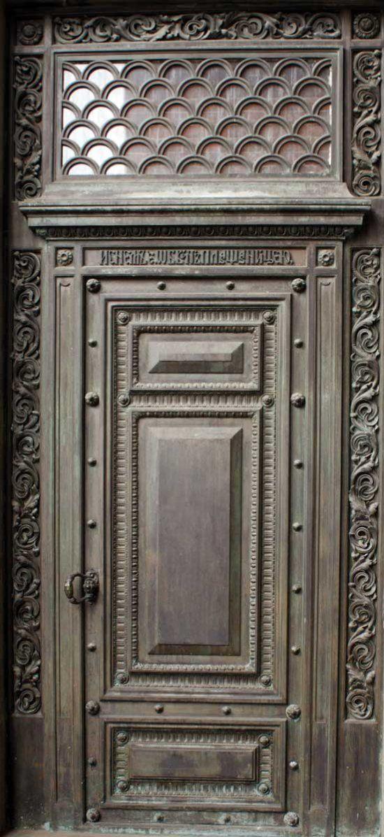 Деревянные резные двери (современные и старинные).