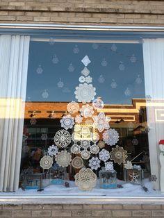Paperisista lumihiutaleista kuusikoriste ikkunaan