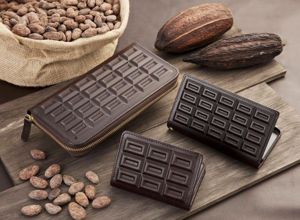 Chocolatan Kobe products include bags and iPhone covers and come in a range of tones from white to dark chocolate, as well as a few unusual indigo items. Prices range from ¥5,400 for a pass case to ¥64,800 for a large bag.