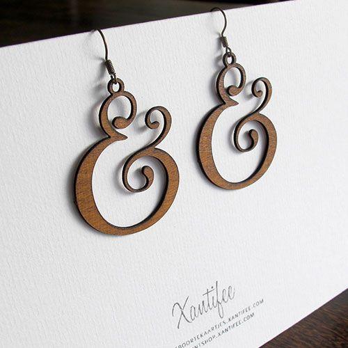 Deze houten oorbellen met ampersand ontwerp maken je outfit helemaal af. Het hout werd gesneden via lasercut van daar zijn perfecte en gedetailleerde vorm.