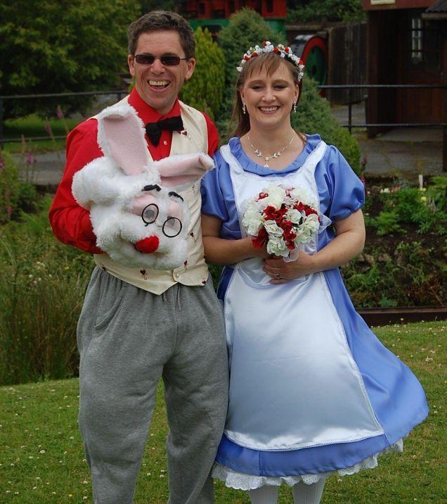 Un couple se marie en costume d'Alice au Pays des merveilles