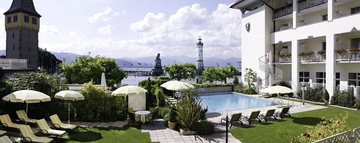 Hier lässt es sich verweilen, mit Blick auf den Bodensee am Pool vom Hotel Bayerischer Hof