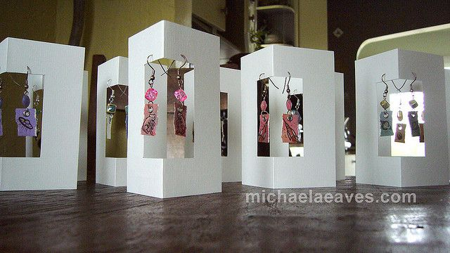 need to try to make some of these with my SIL machine.  Nice 3D earring display cards