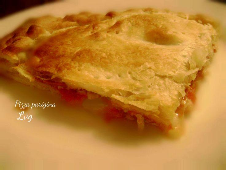Un abbraccio delizioso tra una pizza e una sfoglia sottile e friabile...ecco a voi la pizza parigina, famosa e servita nelle rosticcerie di Napoli.