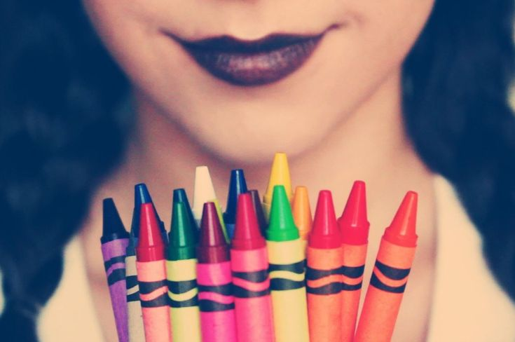 Haz tu propio labial...¡con crayones! Sí, así de fácil - Si tienes ganas de ponerte creativa y hacer tu propio lipstick hidratante con un color personalizado, ésta sencilla receta te dará toda la inspiración que requieres.  Necesitas: – 1 crayola sin envoltura del color que quieras (puedes combinar los colores y hasta usar crayolas con dia... #HTM=HazlotuMismo=DIY(DoityourselfenInglés)  http://www.vivavive.com/haz-tu-propio-labial-con-crayones-si-asi-de-fac