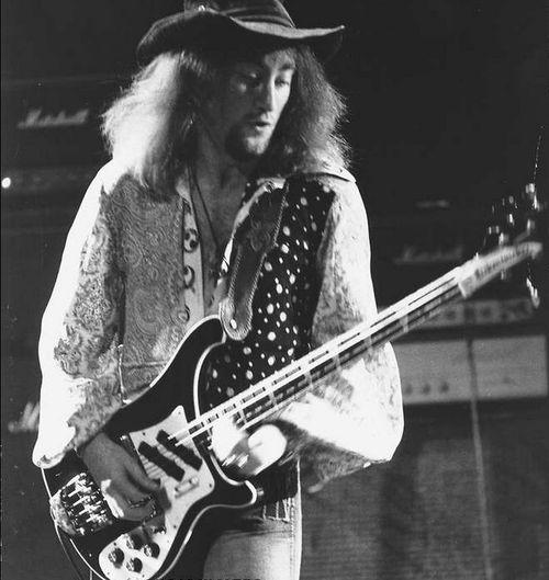 """Roger David Glover es un bajista, teclista, productor discográfico y compositor galés nacido el 30 de noviembre de 1945 en Brecon, conocido por formar parte del grupo de hard rock Deep Purple y haber creado el riff de """"Maybe I'm a Leo""""."""