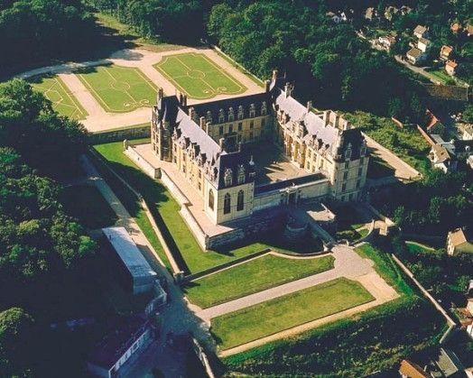 Parc et chateau d'Ecouen vus du ciel- ECOUEN, INTRODUCTION, 2: Des générations d'artistes célèbres se sont succèdes au fil des siècles pour faire du château d'Ecouen un important monument: l'architecte JEAN BULLANT, le sculpteur JEAN GOUJON, le potier et émailleur BERNARD PALISSY, le céramiste MASSEOT ABAQUESTE, l'architecte JULES HARDOUIN-MANSART.