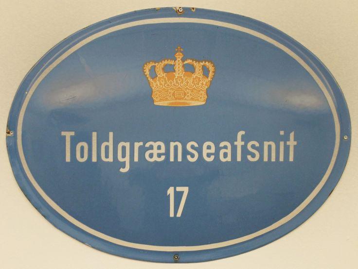 I 1952 skiftede Grænsegendarmeriet navn til Toldgrænsekorpset. Korpset patruljerede langs den dansk-tyske grænse, hvor det varetog toldmæssige og grænsepolitimæssige opgaver. Toldgrænsekorpset var organiseret i afsnit og blev i 1969 en del af Toldvæsenet. Skiltet er fra Lydersholm øst for Tønder.