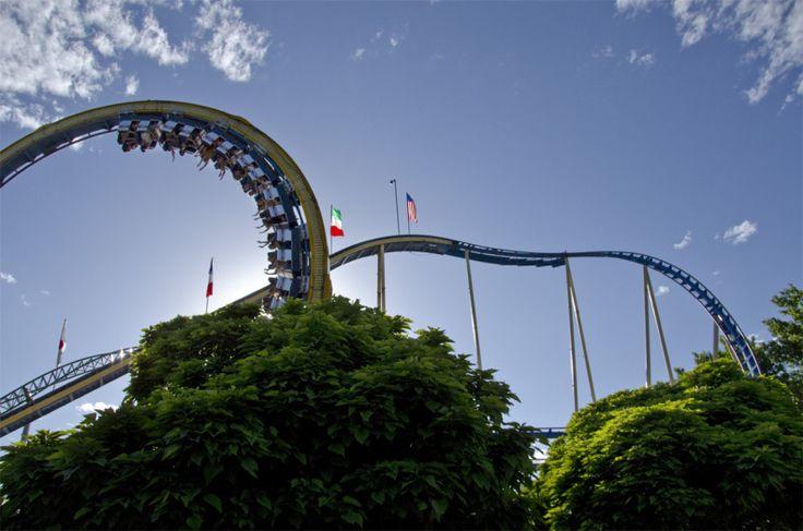 "Montanha russa ""Colossus"" e roda gigante.  https://newd7000user.wordpress.com/2012/06/21/week-23-of-52-theme-blue-our-annual-lagoon-amusement-park-trip/"