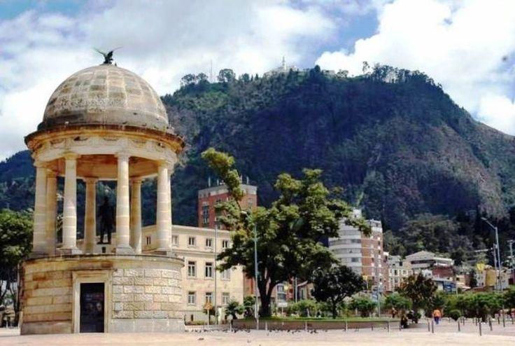 Parque de los Periodistas, Avenida Jiménez con 3a. al Fondo Cerro de Monserrate…