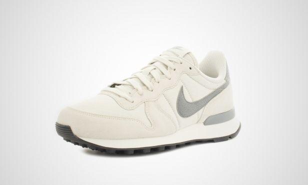 Der Nike Internationalist kombiniert den klassischen Retro-Stil der 80er Jahre mit modernem Komfort. Das Upper aus Wildleder, Leder, Textil, Mesh und Nylon wird von einer EVA-Midsole getragen, welche für erstklassigen Komfort und leichte Dämpfung sorgt. Zu seinem Release im Jahr 1982 galt der Nike Internationalist als perfekte Wahl für den anspruchsvollen Langstreckenläufer.    Mit der Zeit sah man den Laufschuh-Klassiker auch immer öfter auf den Straßen der Modemetropolen und war bald…