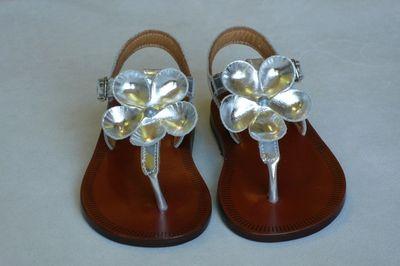 Sandalias metalizadas en color plata para niña de Pèpè Children Shoes.