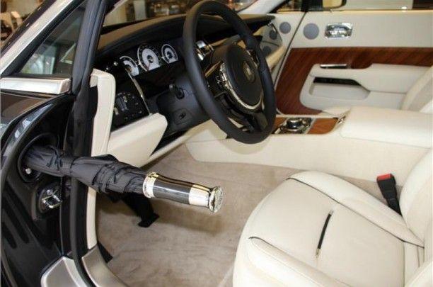 Interieurruimte  Bij het openen van de achterste coach deuren van de Phantom wordt u verwelkomd in een knus en persoonlijk interieur dat het werk van onze ambachtslieden in volle glorie toont. In elk portier vindt u een slim verborgen Rolls-Royce paraplu, altijd onder handbereik als het weer omslaat.