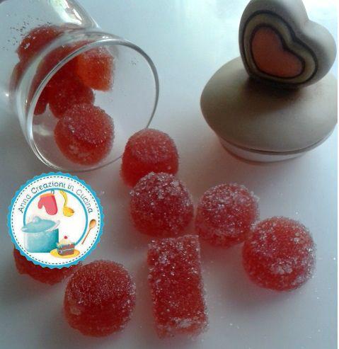 Le gelatine di frutta preparate in casa con ingredienti freschi e biologici, sono una validissima alternativa alle classiche caramelle presenti in commerci