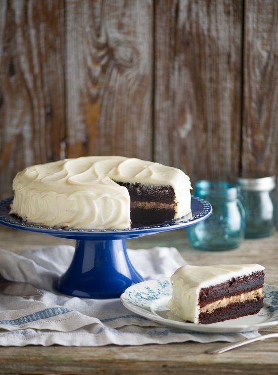 Super vochtige Chocolate Black Magic Cake met roomkaas glazuur Recept van WhiteOnRiceCouple.com