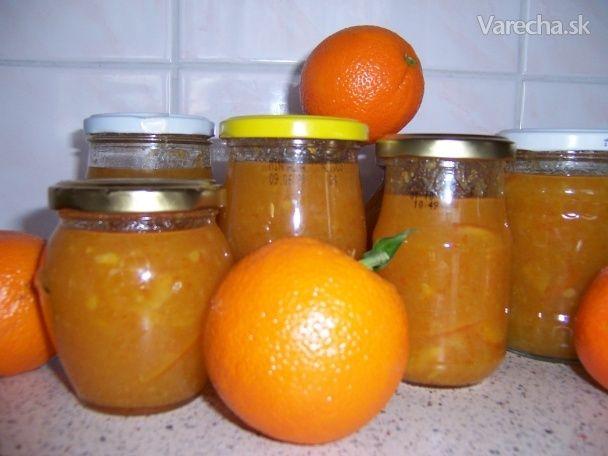 K uvareniu a pridaniu tohoto džemu ma priviedla kúpa vedra pomarančov za dobrú cenu  a spomienka mojej dcéry na výborný anglický pomarančový džem.  Tak som začala  hľadať dobrý recept na prípravu tejto lahôdky. Po prečítaní viacerých návodov som si z  každého vybrala niečo a prispôsobila som si podľa seba. Dôvod úpravy bol jednoduchý.  Priznám sa, že sa mi s týmto džemom nechcelo robiť tri dni ako som si prečítala v  niektorých receptoch. Nakoľko je môj experiment vydarený,  môžete posúdiť…
