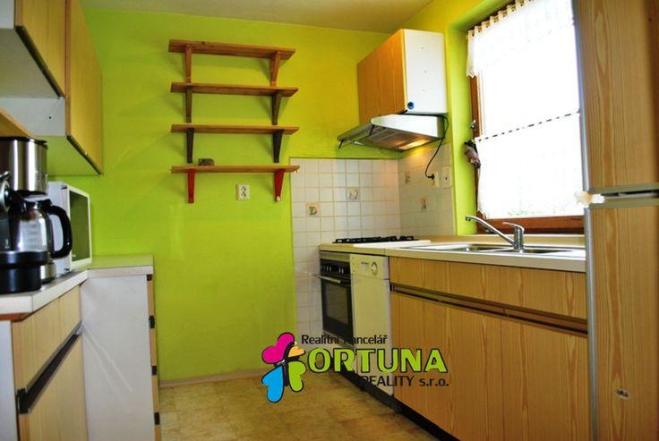 Kuchyně v rustikálním rodinném domě. Jednoduchá, malá, účelná.