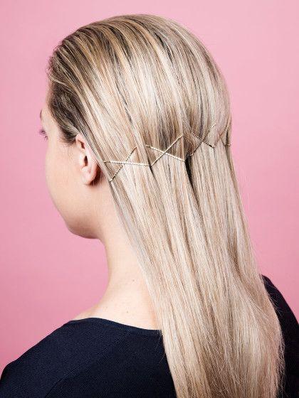 Ihr wollt eure Haare mal ein wenig künstlerischer gestalten? Wie wäre es mit Bobby Pins? Wir zeigen euch fünf coole Frisuren zum Nachmachen und Spaß haben.