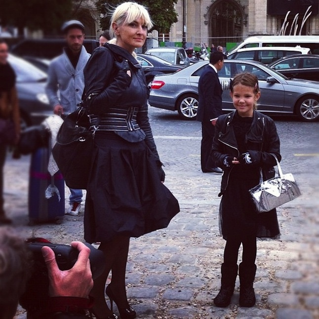 Street style Parent enfant au défilé Louis Vuitton.  http://www.treetslook.com/2012/10/03/fashion-week-paris-live-louis-vuitton-allude-miu-miu-elie-saab/