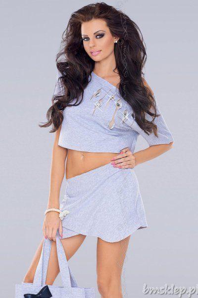 Propozycja, która łączy w sobie kobiecy #fason i niepowtarzalną wygodę. Miękkie zakładki z przodu układają się w krótką spódniczkę, tył został zaprojektowany jak w klasycznych szortach!Do kompletu polecamy bluzeczkę VU-0041. Skład: 70% #bawelna, 22% #poliester, 8% elastan.... #Spodnie - http://bmsklep.pl/spodnie