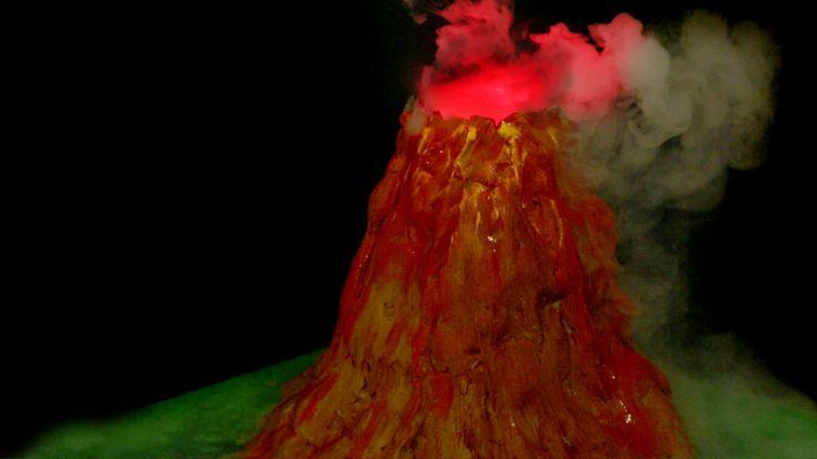 Aprenda passo a passo a como fazer um vulcão de argila com erupção de bicarbonato de sódio e vinagre, ou com gelo seco. Essa é uma experiência simples, fácil e barata para apresentar na feira de ciências do ensino fundamento ao médio. Dependendo da lava pode ser experimento de química ou de física. Experiência científica legal para crianças.