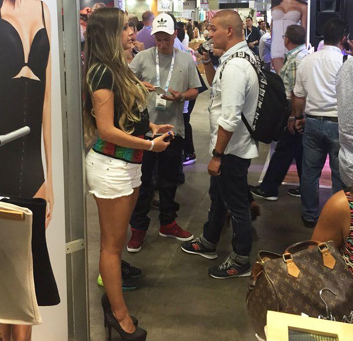 Nuestra modelo exhibiendo nuestro producto con una pinta deportiva en #Colombiamoda 2015