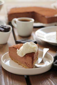 ένα υπέροχο cheesecake με σοκολάτα και εσπρέσο. Η μπισκοτένια βάση του έχει αξιοσέβαστο πάχος και αυτό μου αρέσει πολύ. Εξισορροπεί καλά την πλούσια γεύση της σοκολατένιας κρέμας.