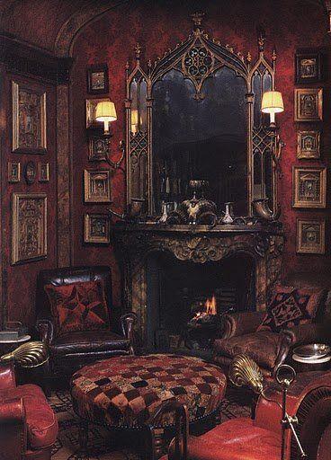 Sala en tonos obscuros con chimenea y gran espejo.
