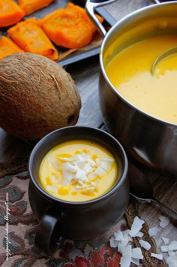 Zupa krem z dyni na mleku kokosowym z kokosowymi chipsami