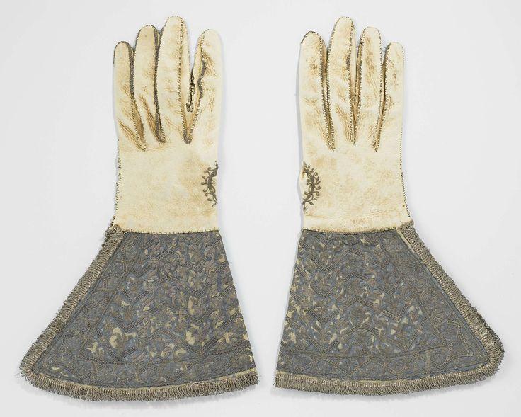 Handschoen van leer met zeer brede kappen, bekleed met blauw satijn, geborduurd met zilverdraad en afgezet met zilveren franje, anoniem, 1600
