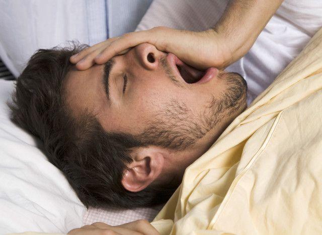 La privation de sommeil est dangereuse. Un nombre d'heures de sommeil réduit, volontairement ou non, a des effets délétères sur tout votre corps. D'ailleurs, une étu