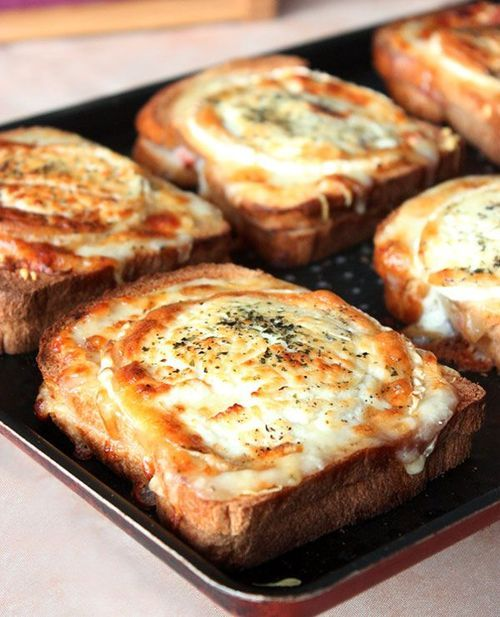 These oven baked cheese breads would be amazing to add to any pasta dish out there. I'm hungry just looking at them.