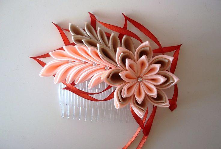 Der Haarkamm wurde nach japanischer Technik Tsumami Kanzashi hergestellt. Diese Technik ähnelt Origami, bei der ein Blatt Papier mehrfach gefaltet wird. Der unterschied besteht darin, dass Kanzashi...