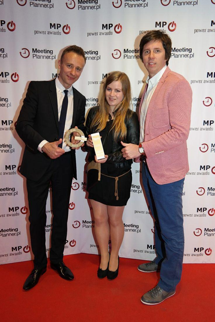 Emilia Grochowska, Młody Kreatywny Branży Eventowej 2013 w towarzystwie Jarka Sądeja i Pawła Ratyńskiego podczas wczorajszej MP Power Night na Stadionie Narodowym.  Nagrodą dla Emilii, oprócz statuetki, jest także trzymiesięczny staż kreatywny w agencji Jet Events.