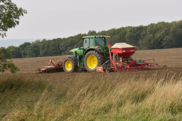 Combine seed drills at work! Check out also on http://www.agriaffaires.co.uk/used/1/combine-drill-harrow-drill.html
