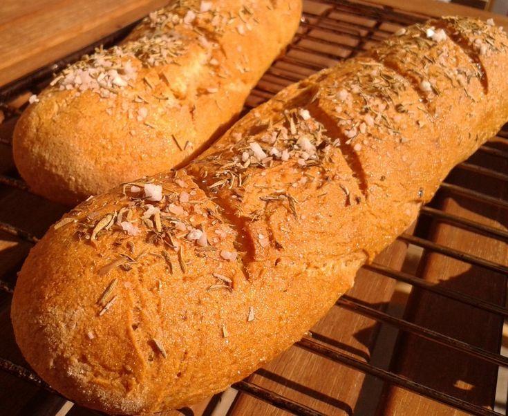 Disse glutenfri flûtes er lavet med 4 slags mel og er drysset med rosmarin og groft salt. Passer godt som tilbehør til al slags mad.