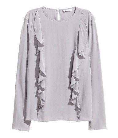 Lichtpaars. PREMIUM QUALITY. Een rechte blouse van moerbeizijde met een licht onregelmatige structuur. De blouse heeft volants op het voorpand, een splitje