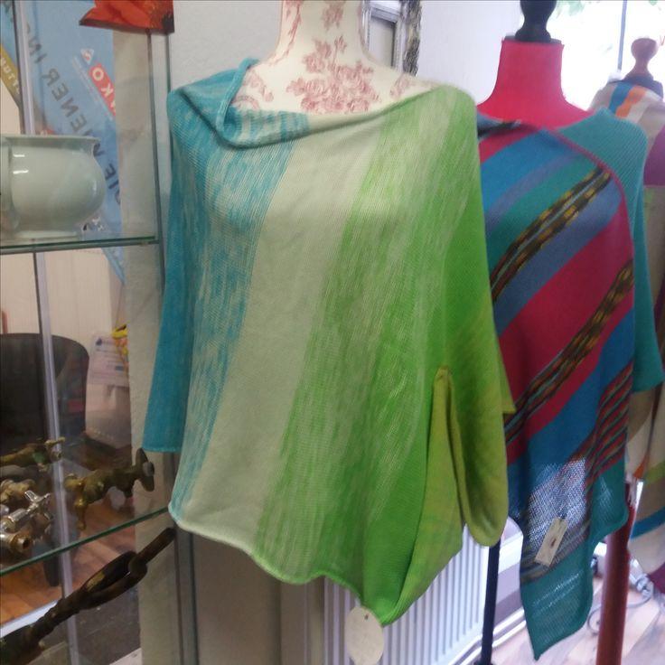 WENDE-PONCHO leicht – sommerlich – bunt eine freundliche Farbmischung in grün-türkis Tönen aus sommerlich leichter Baumwoll-Acryl-Mischung in Farbverlaufswolle  Größe: one size Maße: 60 cm Länge, 80 cm Breite (einfach gemessen) (die Puppe ist Gr 36/38)