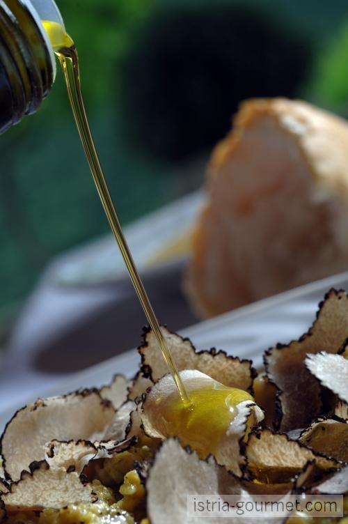 Ontdek waarom olijfolie uit Kroatie zo bijzonder is. Proef de unieke smaak van olijfolie uit Istrie en Dalmatie.
