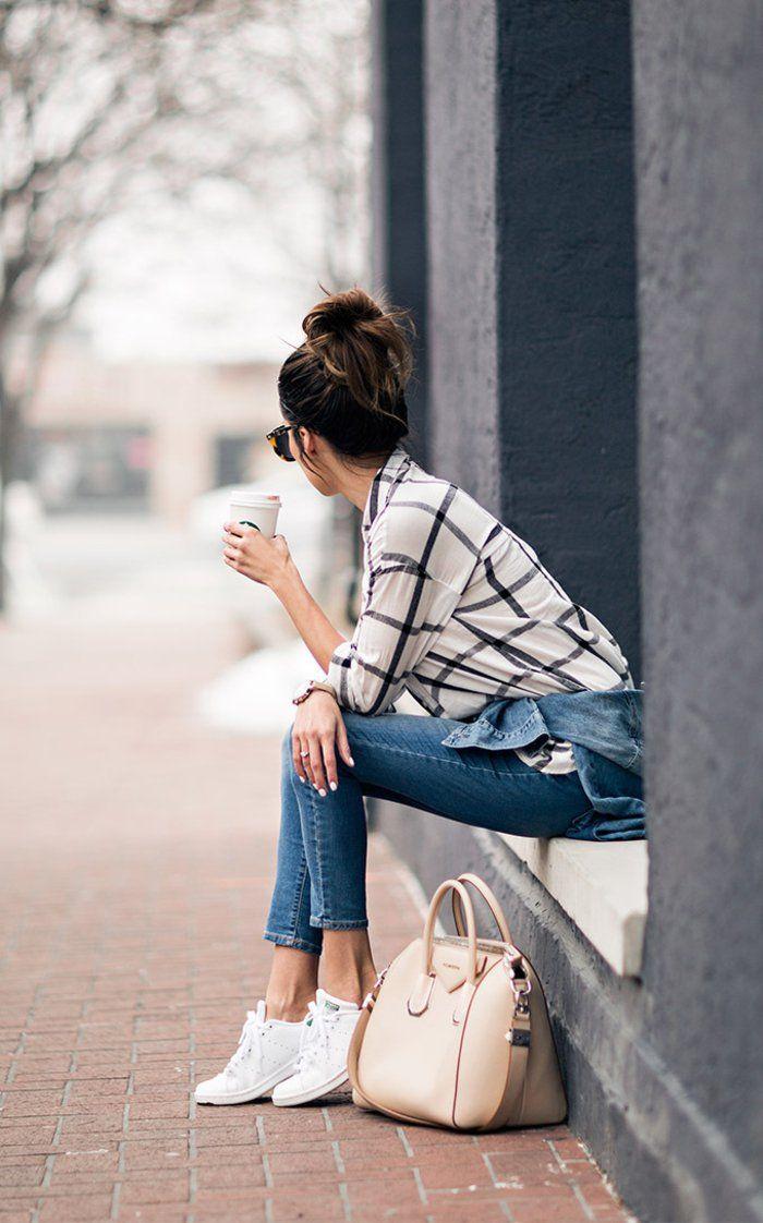 tenue-avec-stan-smith-chemise-blanche-à-décoration-noire-cheveux-chignon-manucure-blanche