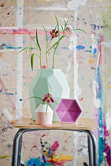 Delicate flowers, sharp vases. Styling Anna-Kaisa Melvas, photo Mikko Hannula for Glorian Koti.