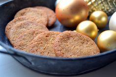 Min allerbedste opskrift på sprøde ingefærkager. Smager helt perfekt med et skarpt strejf af ingefær og et twist af julestemning.