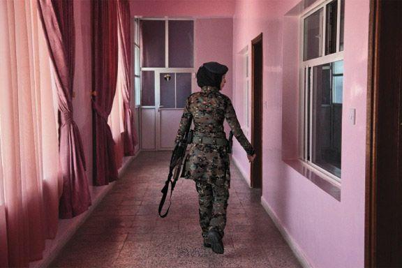 """Stephanie Sinclair """"Yemen, i giorni del Giudizio"""" - settembre 2012 – Sanaa, Yemen // Negli ultimi dieci anni Stephanie Sinclair ha documentato alcune delle tematiche più controverse a livello mondiale, dalle spose bambine dello Yemen alla poligamia nel Texas. Il suo obiettivo è semplice: registrare ciò che ha davanti a sé, giudicando il meno possibile."""