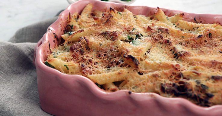Servera den populära pastarätten carbonara i gratängform - gott, enkelt och perfekt om du har pastarester.