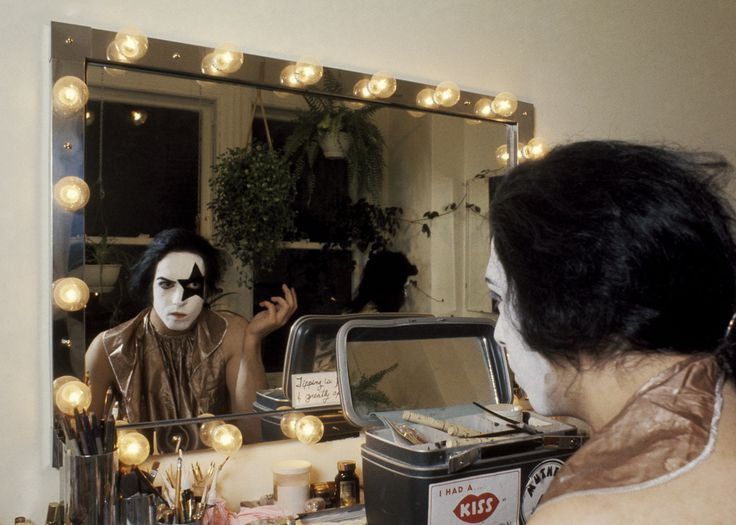 How KISS applied makeup before concerts / Paul Stanley