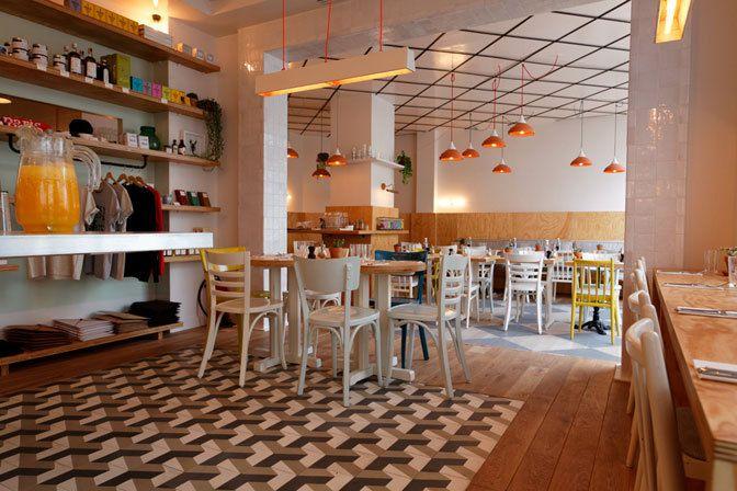 ✖ Clint Envie : CAFÉ / Ouvert le dimanche, Take-away, Antidépresseur, Brunch, Voir et se faire voir. Prix : De 16 à 35 € Menu 15-18 € (midi), carte 26-38 €, brunch (à la carte le dimanche). Horaires : Non-stop de 8h30 à 23h (18h dimanche). Fermé le lundi.  174, rue de la Roquette Paris (75011) TÉL : + 33 9 81 60 17 36 Métro : Voltaire clint-restaurant.com