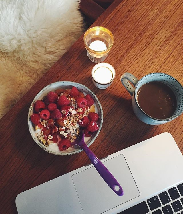 Morgenhygge på kvisten mens sneen falder, efter den bedste intimkoncert med #DanniToma i går. Maksimalt idyl på sådan en tirsdag ❄️ #vsco #vscocam #foodvsco #snow #november #fit #fitfam #fitfamdk #coffee #health #healthy #breakfast #healthyfood #healthylifestyle #instadaily #instagood #hygge #slow #morning #good #cold #day hindebær mysli skyr yoghurt kaffe bog skrivebog lys