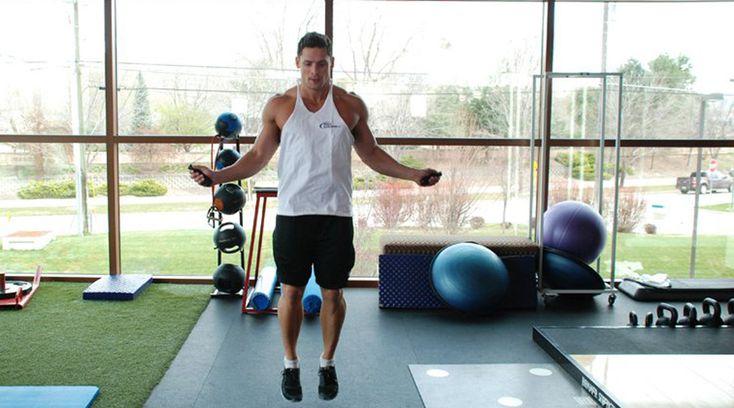 Скакалка 1074 калории/час Как думаете, почему боксеры так любят скакалку? Правильно: она помогает сбросить вес быстрее, чем другие упражнения. Не торопитесь и не старайтесь отпрыгать сразу час, начинайте с пяти минут и медленно увеличивайте время тренировки.